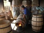 artigiano intento alla preparazione dei tini in Spagna.JPG