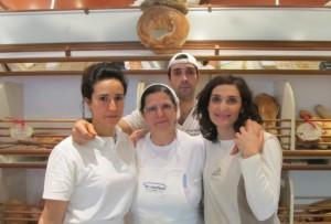 Il fornaio Francesco Pinasco con il suo staff nel negozio di Santa Lucia