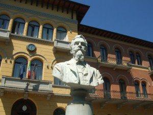 Istituto Cerletti di Conegliano - Facciata con busto Antonio Carpenè