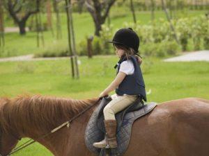 bambini-sui-pony-al-montebelli-agriturismo-e-country-hotel_viaggi-in-famiglia_1 (1)