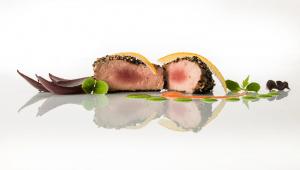 Filetto di maiale in crosta di sesamo con coulis di Melograno e infuso di ginseng ribes e vanigliaDevis Pinto Chef Ristorante Cuore e Gusto