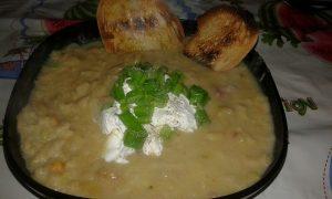 Crema di verza fagioli cannelloni e pancetta con cuore di caprino all'era cipollina, con crostini
